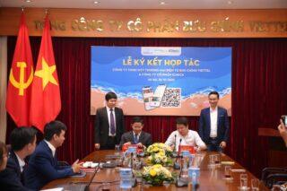 Ông Trần Trung Kiên - đại diện sàn TMĐT Voso, Giám đốc Công ty TNHH MTV TMĐT Bưu chính Viettel (bên trái) và ông Vũ Thế Tuấn - Tổng giám đốc Công ty CP iCheck (bên phải) ký thỏa thuận hợp tác.