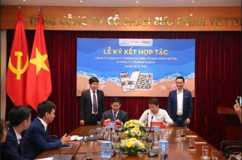 Ông Trần Trung Kiên - đại diện sàn TMĐT Voso, Giám đốc Công ty TNHH MTV TMĐT Bưu chính Viettel (bên trái) và ông Vũ Thế Tuấn - Tổng giám đốc Công ty CP iCheck (bên phải) ký thỏa thuận hợp tác