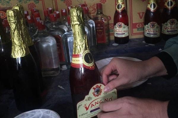 Rượu vang giả có gắn tem, nhãn